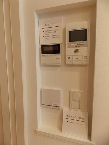 インターホン、照明スイッチ、給湯コントローラー、床暖房コントローラーが一カ所に集結