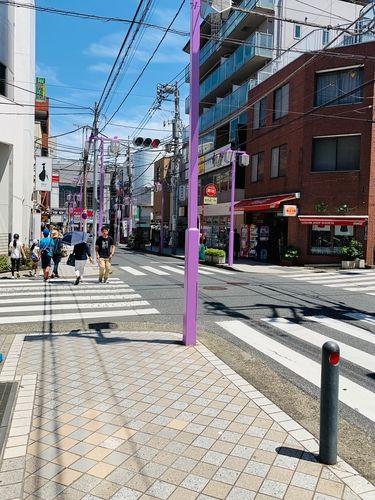 場所は日吉の中央通りからすぐです。 最近、塗りなおされた紫のポールが綺麗ですね♪