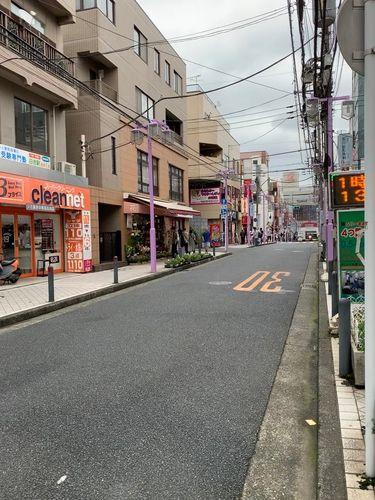 写真だと見づらいですが、赤い門の日吉中央通りをまっすぐ!