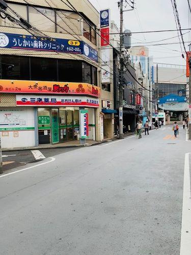 日吉の浜銀通り。 サンドラッグを曲がった先にお店があります。