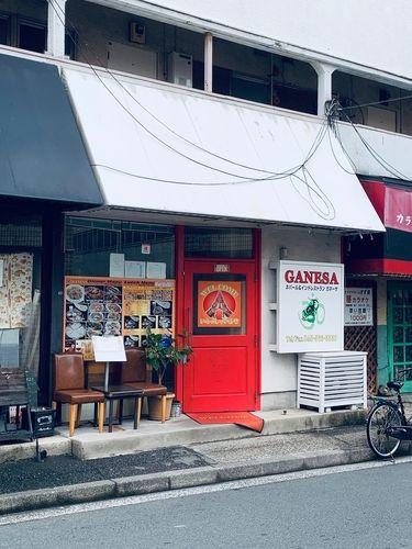 お隣にはカラオケ屋、定食屋さんなどもあります。 日吉本町は外食屋さんが少ないので重宝されてそうですね。