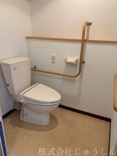 老人ホームのトイレ。賃貸物件と違うのは手すりがあること。ほかには・・・。