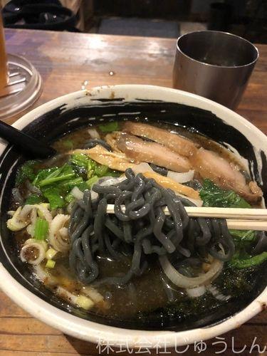 なんだこの麺は。黒いぞ。なぜだ?