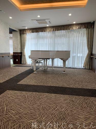 老人ホームには施設ごとの特徴があります。こちらはラウンジグランドピアノ